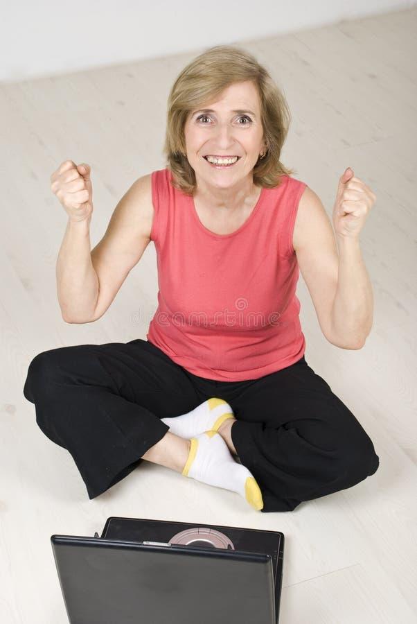 兴奋膝上型计算机高级成功妇女