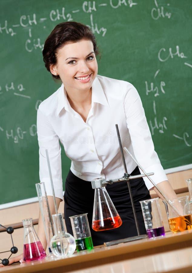 兴高采烈的化学教师 库存图片