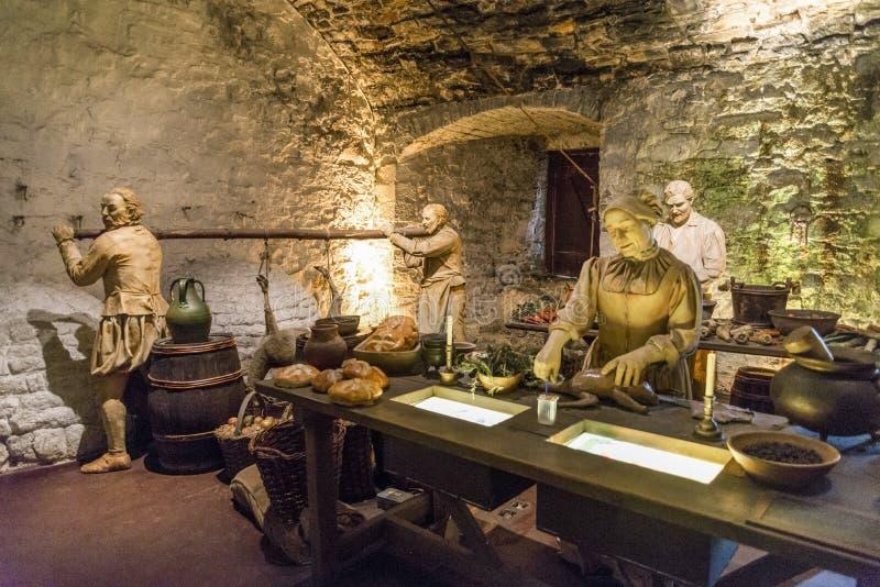 其中一个在巨大厨房博览会的场面与准备食物的厨师,斯特灵城堡 免版税图库摄影