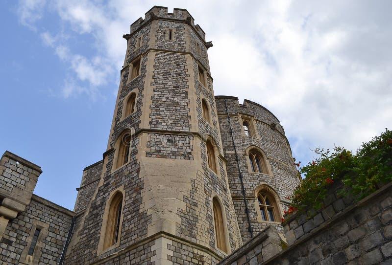 其中一个在温莎城堡墙壁的塔  王国团结了 库存图片