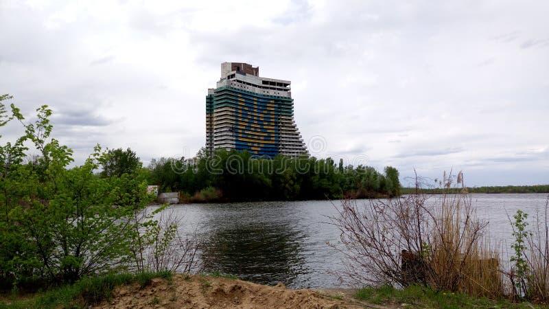 其中一个德聂伯级市的标志 船河的德聂伯级风帆旅馆 库存照片