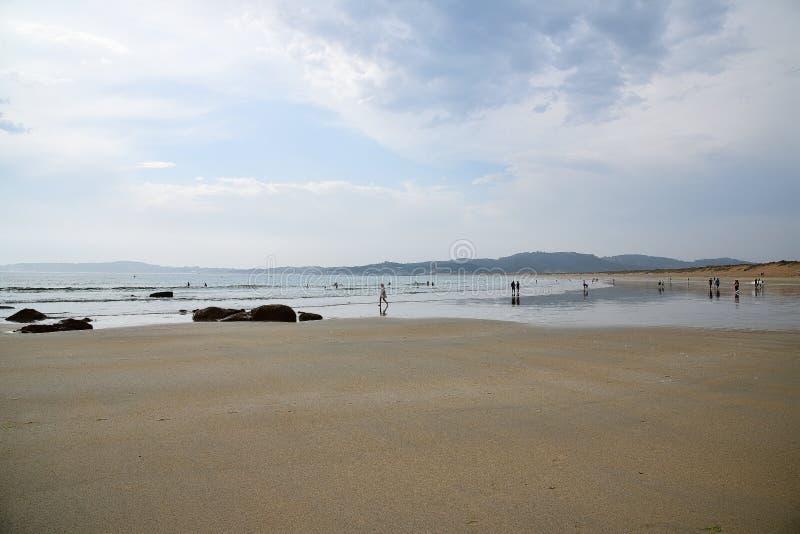 其中一个最美丽的海滩 当太阳落山,日落在天际时发光这里海是安静,风并且挥动ar 免版税库存照片