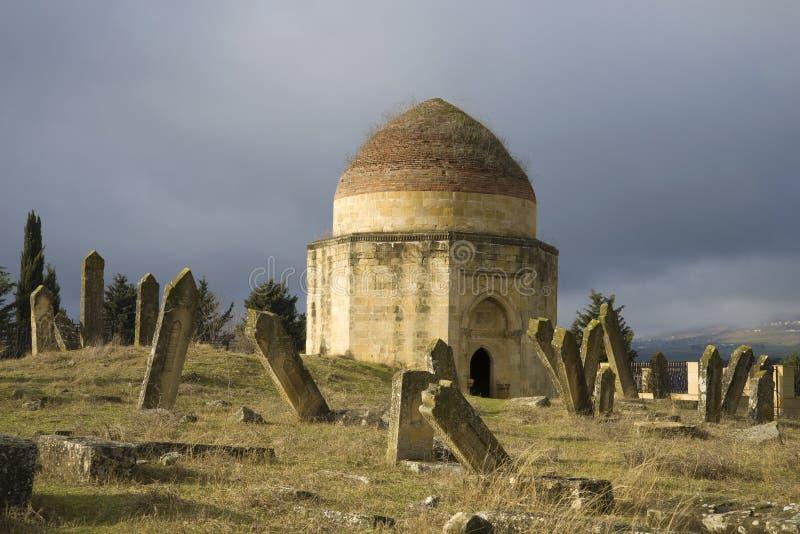 其中一个Yeddi Gumbes复合体的陵墓在一座古老回教公墓的 Shemakha,阿塞拜疆 免版税库存照片