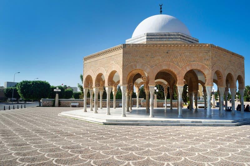 其中一修道院的最重大的视域是哈比卜・布尔吉巴陵墓  免版税库存照片