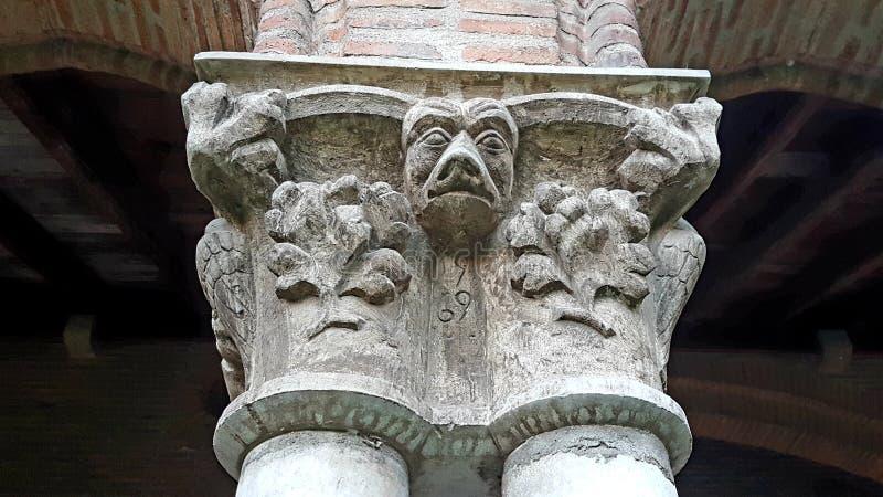 其中一副Couvent des Jacobin的大门罩在图卢兹法国 免版税图库摄影