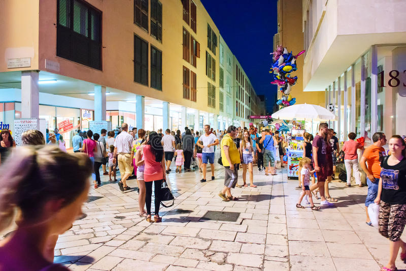 其中一大街在老市的中心扎达尔在夏天晚上拥挤 免版税库存照片