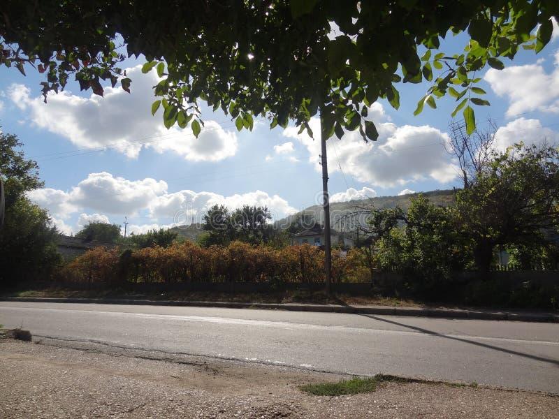 其中一条克里米亚的路,在安静的塞瓦斯托波尔村庄区域  免版税库存照片