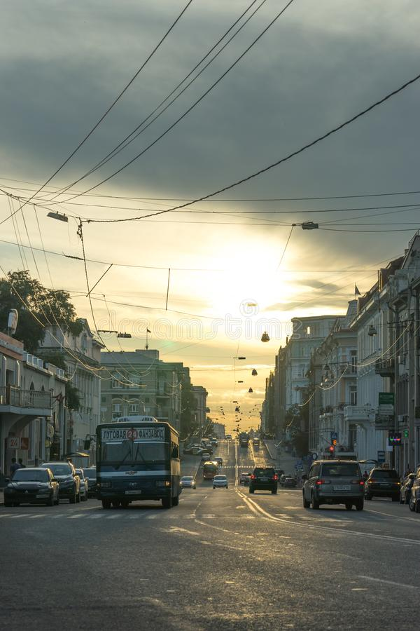 其中一条符拉迪沃斯托克中央街道根据日落的 免版税库存图片