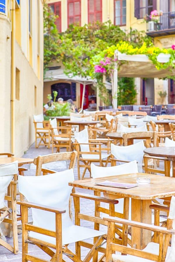 其中一的经典克里特岛餐馆有非常很少人的干尼亚州的街 库存照片