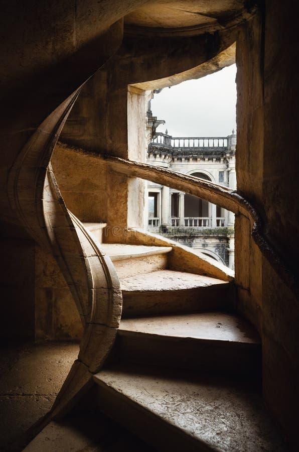 其中一部基督、古老templar堡垒和修道院女修道院的外在螺旋形楼梯在托马尔,葡萄牙 库存图片