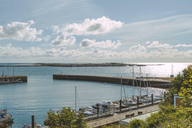 其中一Helgoland小岛的小游艇船坞与一些帆船的在一个晴朗的早晨夺取的停泊处 免版税图库摄影