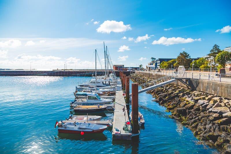 其中一Helgoland小岛的小游艇船坞与一些帆船的在一个晴朗的早晨夺取的停泊处 免版税库存照片