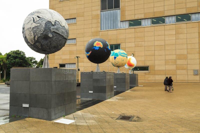 `其他世界`,地球显示Te爸爸博物馆,惠灵顿,新西兰外 免版税图库摄影
