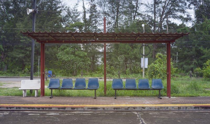 其余的亭子路面的火车乘客在火车站,泰国,增加的光线影响,选择聚焦,被过滤的图象 免版税库存图片