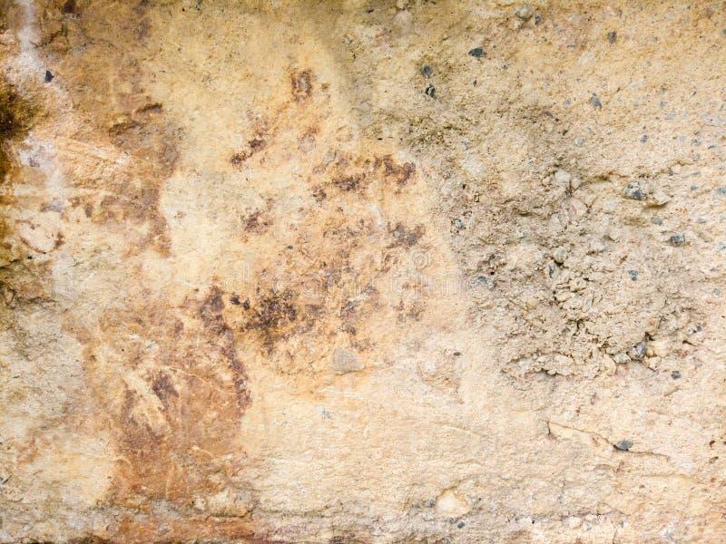 具体在一个具体垫困住的纹理黏土、石头和沙子有铁锈背景 免版税库存照片