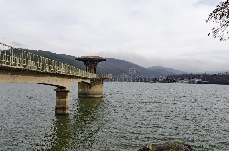具体塔-美丽如画的水坝,伊斯克尔河聚集水的设备  免版税图库摄影