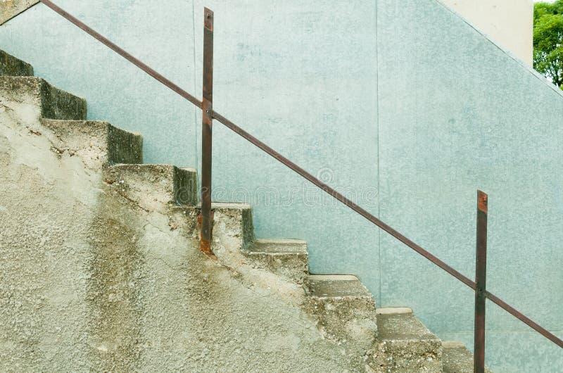 具体楼梯侧视图与未完成的金属篱芭的 免版税库存图片