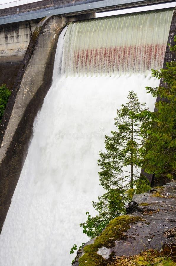 具体水坝溢洪道在一个雨天 免版税图库摄影