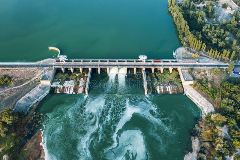 具体水坝空中全景在水库的与流动的水,水电发电站,被射击的寄生虫 库存照片