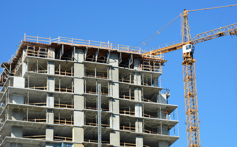 具体高层建造场所,有塔吊的 库存照片
