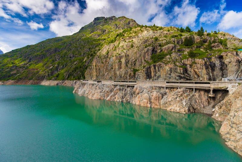 具体画廊(反对雪雪崩)在湖Emosson水坝附近,在Finhaut附近,瑞士 免版税图库摄影