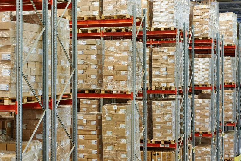 具有产品和货物库存的仓库 免版税库存图片