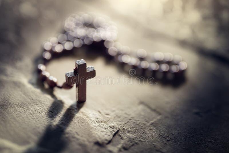 具有复制空间的念珠和十字架交叉 图库摄影