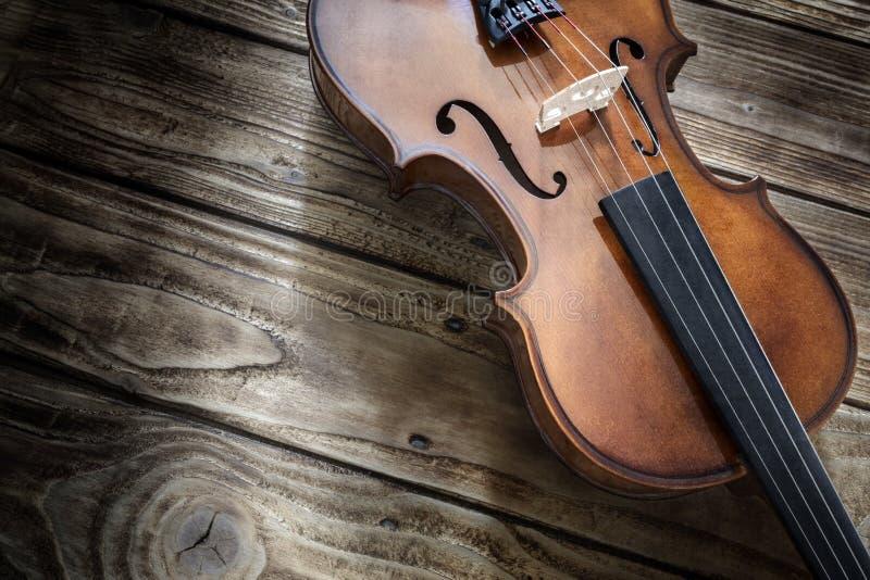 具有复制空间的音乐概念的木背景小提琴 免版税库存照片