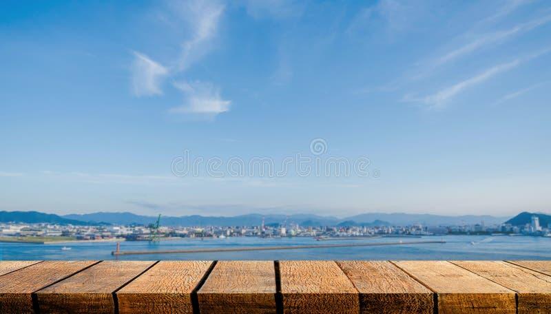具有广告背景和行业港口和城市背景的复制空间的空木板 免版税库存图片