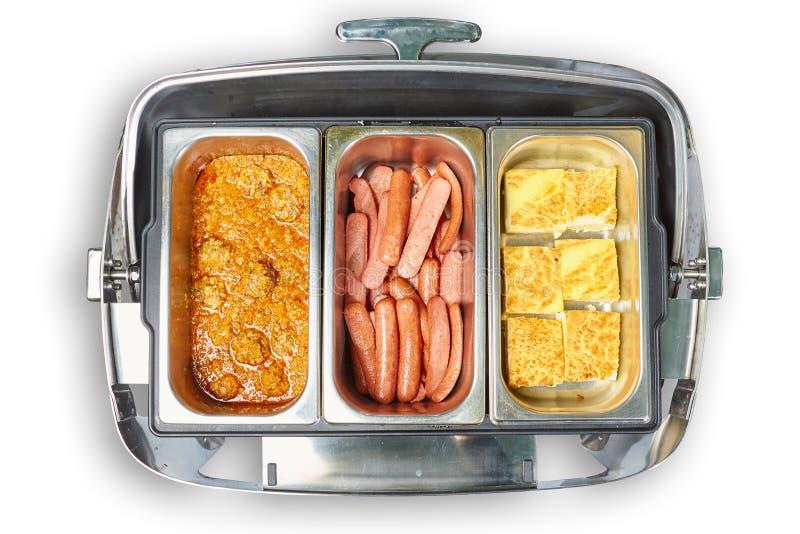 具有蒸汽保温设备的餐桌用鸡蛋和香肠 免版税库存照片