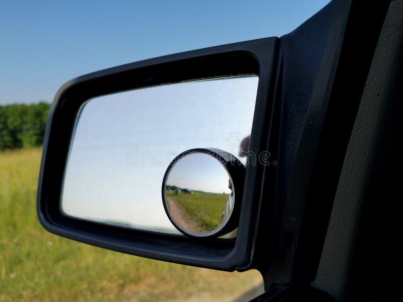 具有附加圆形安全镜的驱动侧后视镜 免版税库存图片