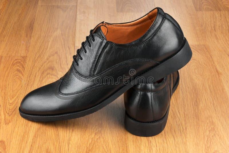 经典人的鞋子,在木地板上 免版税库存照片