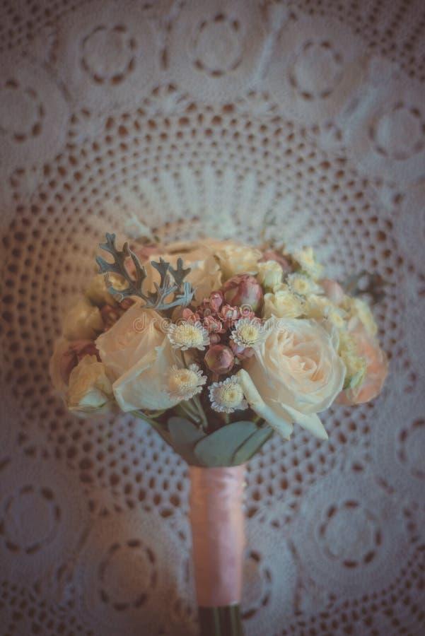 经典和典雅的新娘装饰 花束接近的婚礼 免版税库存照片