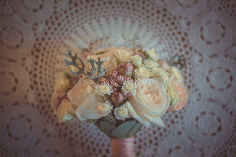 经典和典雅的新娘装饰 花束接近的婚礼 库存图片