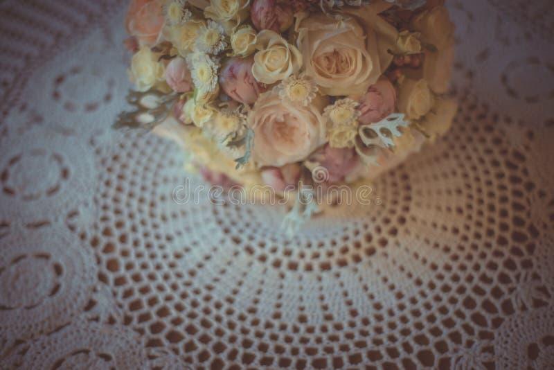 经典和典雅的新娘装饰 花束接近的婚礼 图库摄影