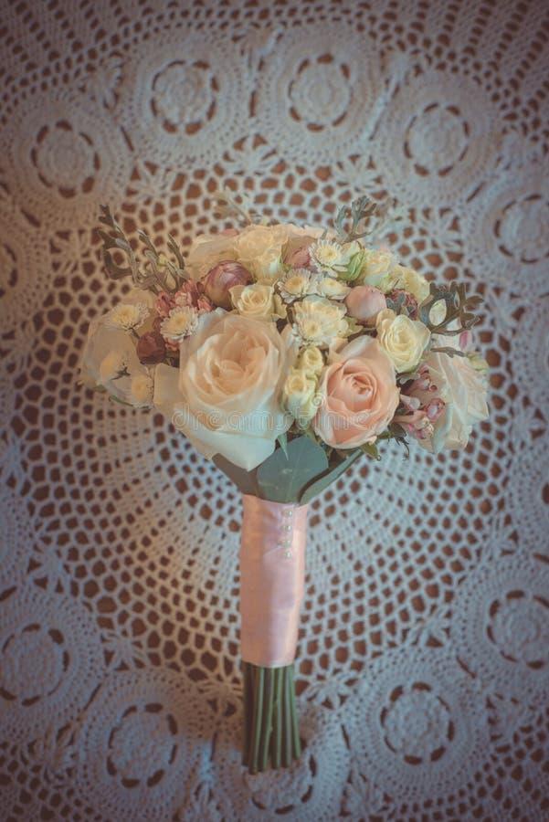 经典和典雅的新娘装饰 花束接近的婚礼 免版税库存图片