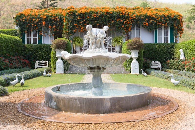 经典喷泉在庭院里 免版税库存图片