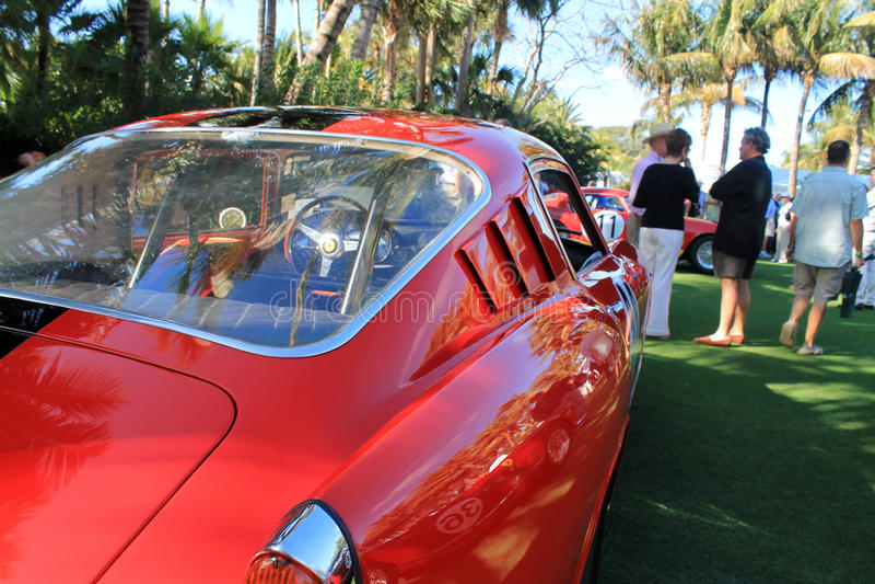 经典在事件的20世纪50年代意大利跑车后方处所视图 免版税库存图片