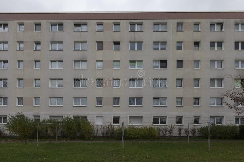 典型的东德plattenbau大厦在柏林 免版税库存图片