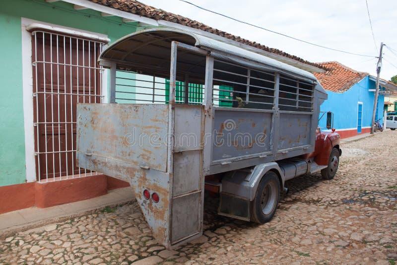 典型的卡车公共汽车载重汽车在特立尼达,古巴 交付禁运古巴 免版税库存图片
