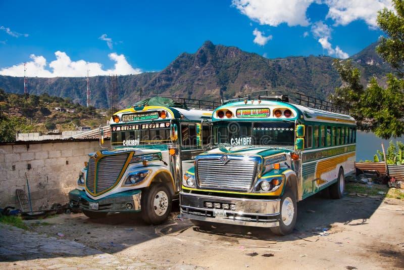 典型的危地马拉鸡公共汽车在圣佩德罗火山,危地马拉 图库摄影