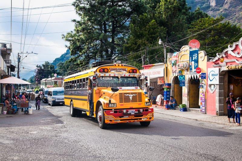 典型的危地马拉鸡公共汽车在安提瓜岛,危地马拉 免版税库存图片