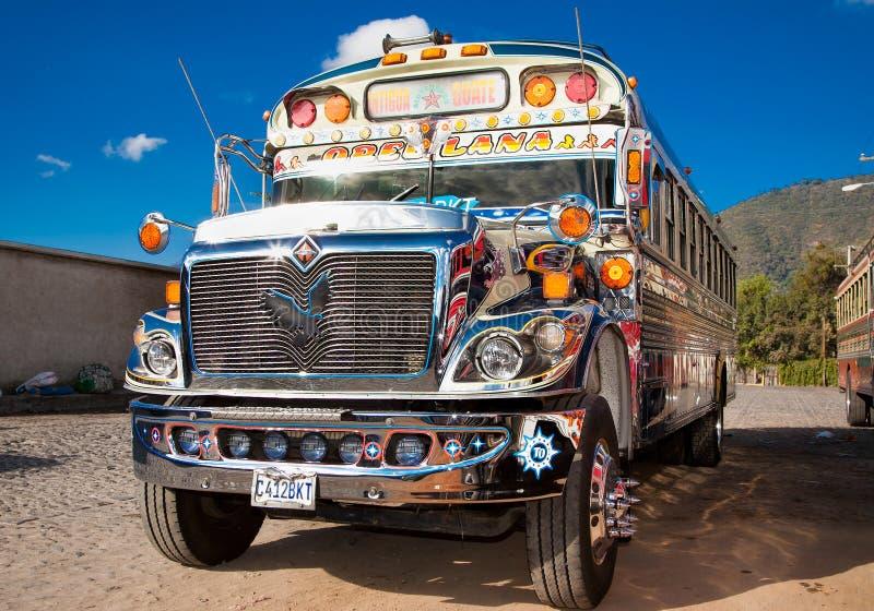 典型的危地马拉鸡公共汽车在安提瓜岛,危地马拉 图库摄影