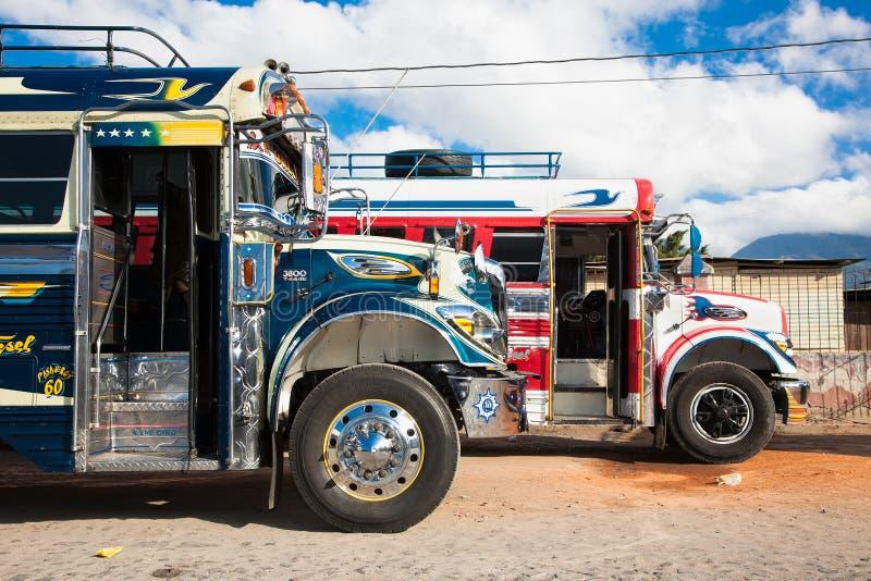 典型的危地马拉鸡公共汽车在安提瓜岛,危地马拉 免版税库存照片