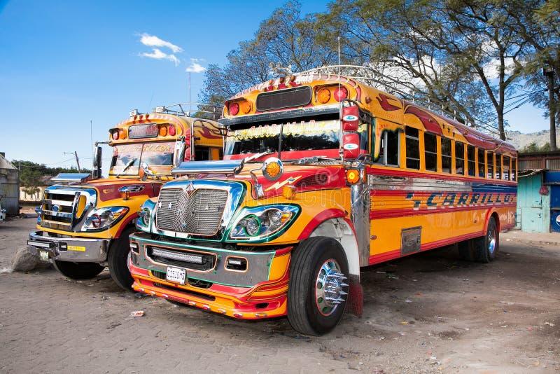 典型的危地马拉鸡公共汽车在安提瓜岛,危地马拉 库存图片