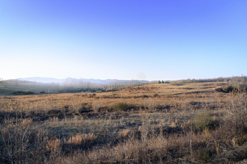 典型的原木小屋在有许多的乡下美国消极空间 免版税图库摄影