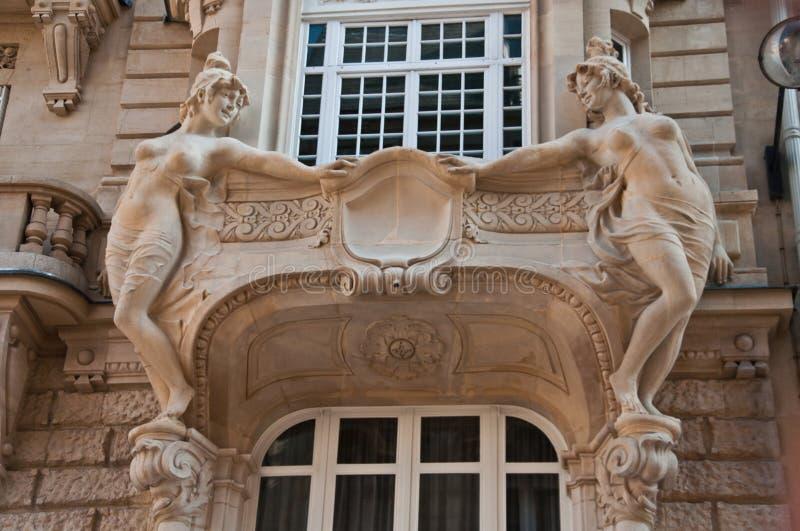 典型的古老巴黎人大厦在巴黎 库存照片