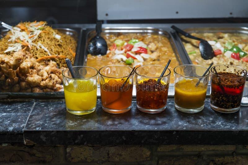 典型的在坎登镇暴露的食物和调味汁 免版税库存照片