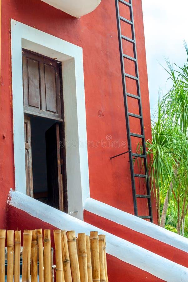 典型的墨西哥住宅入口,一个红色色的房子,采取从Tecoh 库存照片