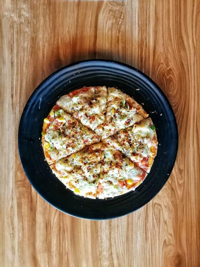 典型的墨西哥非素食比萨供食在到达必胜客 库存图片